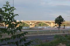 曲拱建筑巨型的钢建筑桥梁有长的曲拱的 库存图片