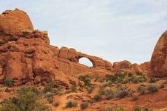 曲拱成拱形国家公园地平线 默阿布,犹他, 免版税库存图片