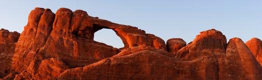 曲拱接近的全景地平线被缝的日落  免版税库存图片