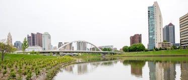曲拱桥梁和哥伦布俄亥俄skylinle 库存照片