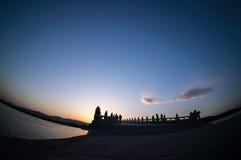 17曲拱桥梁在晚上 免版税库存图片