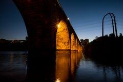 曲拱桥梁晚上石头 免版税库存图片