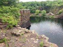 曲拱桥梁沿火山口的深水池被修筑了 免版税库存图片