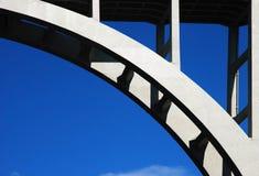 曲拱混凝土桥梁 免版税库存照片