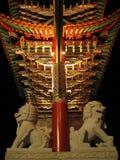 曲拱狮子装饰品石头 免版税库存照片
