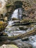 从曲拱的瀑布在被放弃的地方 库存图片
