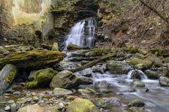 从曲拱的瀑布在被放弃的地方 免版税库存图片