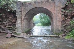曲拱石桥梁在山河 库存图片