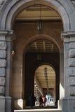 曲拱纵射对现代大厦的在索非亚 免版税库存照片
