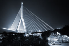 曲拱美丽的桥梁钢 免版税库存图片