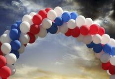 曲拱背景气球夜间天空 免版税库存图片