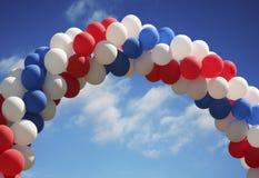 曲拱背景生动气球的天空 免版税图库摄影