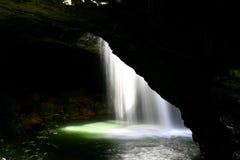 曲拱自然瀑布 库存照片