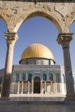 曲拱被查看的圆顶岩石 免版税库存图片
