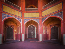 曲拱被雕刻的大理石视窗 Mughal样式 Humayun的坟茔, De 免版税库存照片