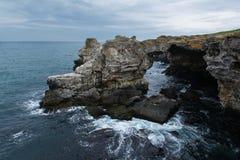 曲拱-在Tyulenovo,黑海, Bulgara附近的岩层 免版税图库摄影