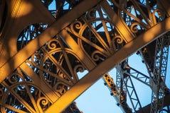 曲拱结构艾菲尔铁塔游览埃菲尔蓝天钢结构 库存图片