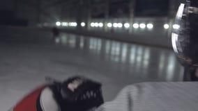 曲棍球守门员反射从罢工者的罚球 从后面的看法 影视素材