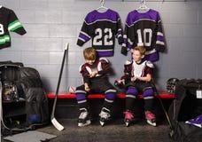曲棍球竞技场男孩在溜冰场化装室 免版税图库摄影