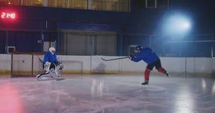 曲棍球运动员展开对对手的目标的一次攻击 在盔甲捉住顽童并且保存比赛 曲棍球 股票录像