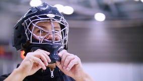 曲棍球运动员离开他的面具,当打冰球时 股票录像