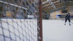 曲棍球运动员进在门的一个球 股票录像