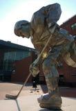 曲棍球运动员雕象,谨慎中心,街市纽瓦克, NJ,美国 免版税库存图片