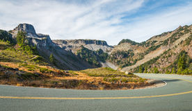 曲线和倾斜在山的柏油路风景看法在t 免版税库存照片