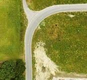 曲线的抽象鸟瞰图在一条路的有连接点的 免版税库存照片