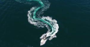 曲线线顶视图意想不到的形象在用泡沫似的快艇踪影做的美元形状的在天蓝色的海洋 股票录像