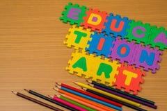 曲线锯的教育背景和多色的铅笔 免版税库存照片
