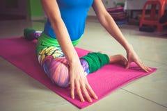 更低的肢体特写镜头妇女实践瑜伽室内引伸  库存图片