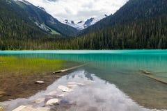 更低的Joffre湖镇静水从小野鸭&绿松石变换 库存图片