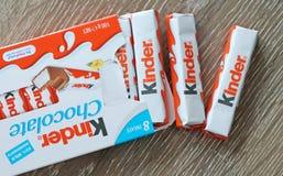 更加亲切的巧克力块快餐,做由在巧克力报道的海绵乳状层数 免版税库存图片