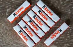 更加亲切的巧克力块行在木背景的 免版税库存照片