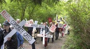 更加亲切的摩根抗议者前进到更加亲切的摩根油库门在本那比, BC 库存照片