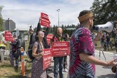 更加亲切的摩根抗议者拿着2018年6月2日的反trudeau标志 免版税图库摄影