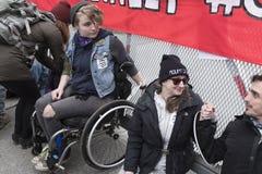 更加亲切的摩根油库的抗议者在本那比, BC 2018年3月20日, 免版税库存照片