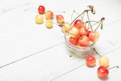 更加多雨的莓果背景,樱桃碗 饮食可口点心食物,文本的拷贝空间 免版税库存照片