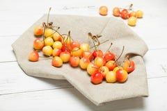 更加多雨的莓果背景,樱桃碗 饮食可口点心食物 免版税库存照片