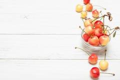 更加多雨的莓果背景,黄色樱桃 可口饮食吃 r 免版税库存照片
