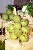 更加接近的椰子群和绿色柚果子 免版税库存图片