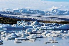 更加玻璃状瓦特纳冰原的风景从Fjallsarlon冰川湖观看了在冰岛南部 库存图片