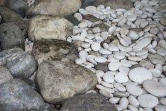 更大装饰的石头和用于庭院的更小一个 免版税图库摄影