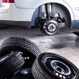 更换一辆现代汽车的轮子 库存图片