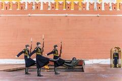 更换在永恒火和一个无名战士的坟茔的附近时钟仪式的完成  莫斯科 免版税库存照片