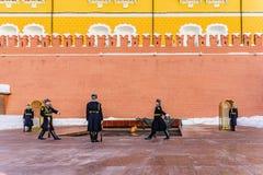 更换在永恒火和一个无名战士的坟茔的附近时钟的过程 莫斯科俄国 免版税库存图片