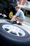 更改他的人轮胎的汽车 库存照片