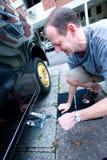 更改他的人轮胎 免版税库存照片