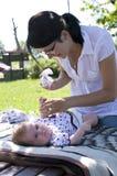 更改的母亲尿布 免版税库存照片